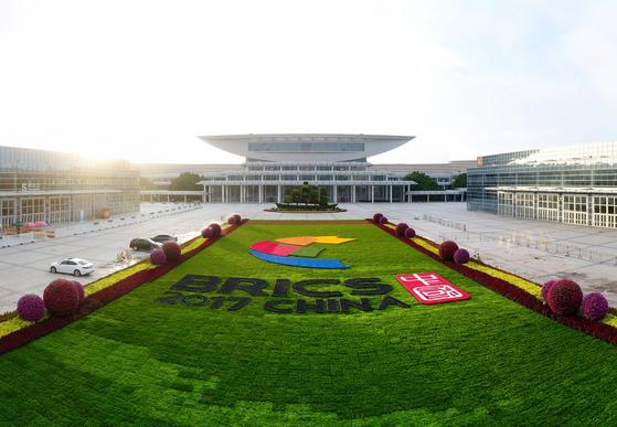 2017 브릭스 정상회의가 열리는 중국 푸젠성 샤먼 국제회의전시중심. 3일 브릭스 비즈니스포럼을 시작으로 5일까지 이곳에서 제9차 브릭스 정상회의가 개최된다. [샤먼=신화]
