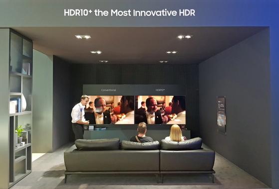 삼성전자는 'IFA 2017'에서 새 고화질 영상 구현기술인'HDR10+'를 공개했다. 현지 소비자들이 체험 존에서HDR10+가 적용된TV와 기존 TV 화질을 비교해보고 있다. [사진 삼성전자]