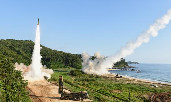 북한의 대륙간탄도미사일(ICBM) 도발에 대응해 지난달 5일 오전 동해안에서 열린 한미 연합 탄도미사일 타격훈련에서 한국군 탄도미사일 현무-2A(왼쪽)와 주한미군 에이태킴스(ATACMS)가 동시 발사되고 있다.  [사진제공=합동참모본부]