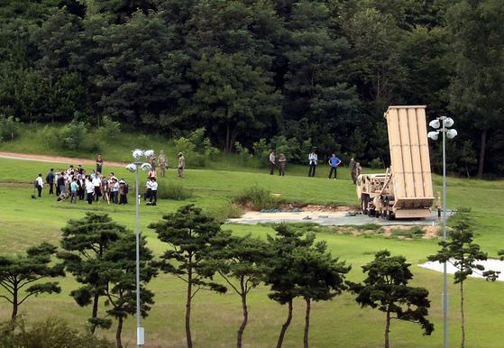 국방부와 환경부는 지난달 12일 경북 성주군 고고도미사일방어(THAAD·사드) 체계 부지 내에서 전자파와 소음을 측정했다. 모두 환경 기준치를 밑도는 것으로 조사됐다. [프리랜서 공정식]