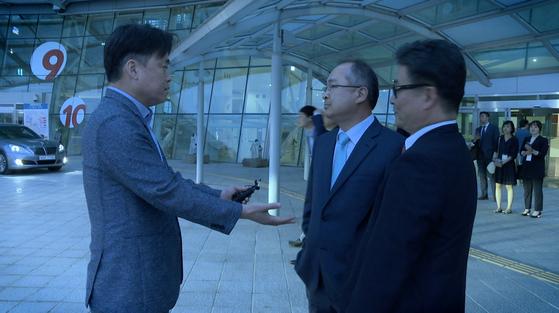 영화 '공범자들'에서 MBC 경영진을 찾아가 자신의 해고 사유를 묻는 최승호 PD. [사진 엣나인필름]