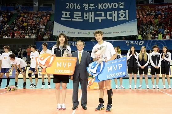 2016 KOVO컵 MVP를 차지한 박정아(왼쪽)와 전광인(오른쪽). [사진제공=KOVO]