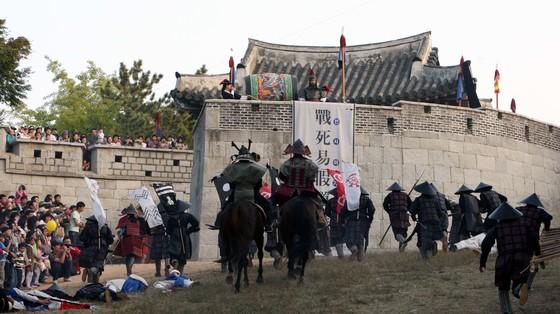 매년 10월 부산시 동래읍성 일대에서 열리는'동래읍성문화축제'에선 조선시대 임진왜란 당시 전투 장면을 재연한다. 조선시대 생활상을 재연하고 전통 문화를 체험하는 기회가 마련된다.[중앙포토]