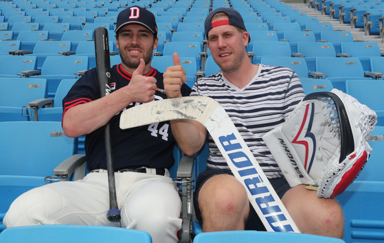"""미국인 야구선수와 캐나다 출신 아이스하키 선수가 한국에서 절친한 친구가 됐다. 잠실구장에서 만난 에반스(왼쪽)와 달튼. 달튼은 """"친구 덕분에 시구까지 하게 됐다""""고 말했다. 에반스는 """"달튼을 응원하러 아이스하키 경기장을 방문하겠다""""고 화답했다. [김춘식 기자]"""