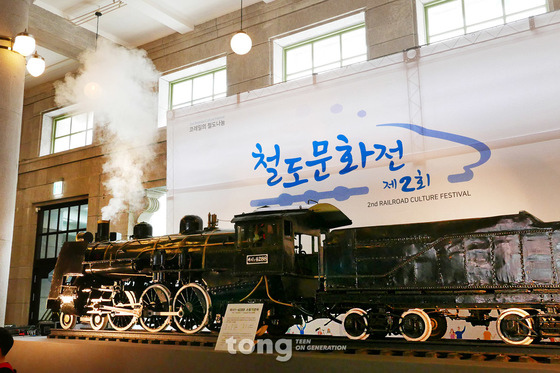 길이 5.5m의 꼬마 증기기관차 파시1-4288. 철도박물관 소장품을 문화역서울284로 옮겨 전시했다.