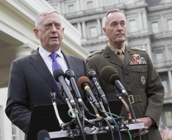 3일(현지시간) 긴급 대책회의 결과를 설명하는 제임스 매티스 미국 국방장관(왼쪽)과 조지프 던포드 합참의장.