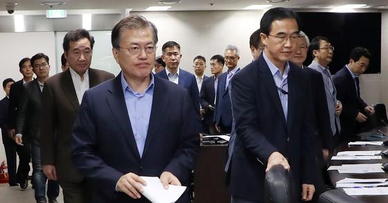 굳은 표정으로 국가안전보장회의 입장하는 문 대통령. 연합뉴스