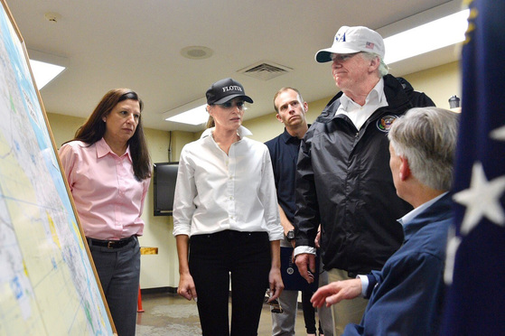 도널드 트럼프 미국 대통령(오른쪽 둘째)과 멜라니아 트럼프 여사(왼쪽)가 초강력 허리케인 하비로 피해를 입은 텍사스주를 방문해 그레그 애벗 텍사스주지사(오른쪽)로부터 피해 상황을 듣고 있다.