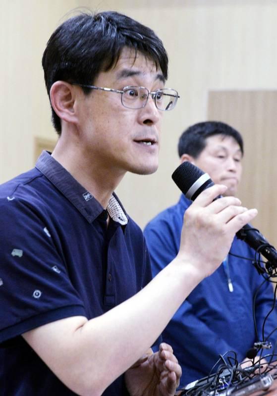 충북도의회 김학철 의원이 지난 7월 23일 0시10분 충북도청 대회의실에서 기자회견을 하고 있다. [중앙포토]