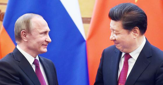 지난해 6월 25일 베이징 인민대회당에서 만난 블라디미르 푸틴 러시아 대통령(왼쪽)과 시진핑 중국 국가주석. 두 정상은 사흘 사이 두 차례나 사드의 한반도 배치에 반대한다고 밝혔다. [중앙포토]