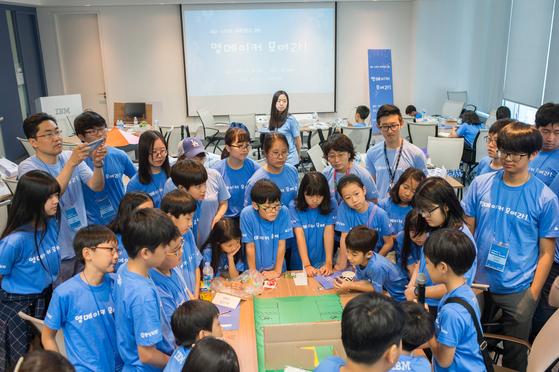 지난달 26일 한국 IBM 본사에서 열린 IBM 스마트 과학캠프에 영메이커 50명이 모였다. 영메이커들은 워크숍을 통해 생활 속 문제를 찾아 해결 방법을 생각해보는 시간을 가졌다.