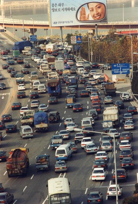 한남대교 남단 인근이 국내에서 교통량이 가장 많은 도로인 것으로 나타났다. [중앙포토]