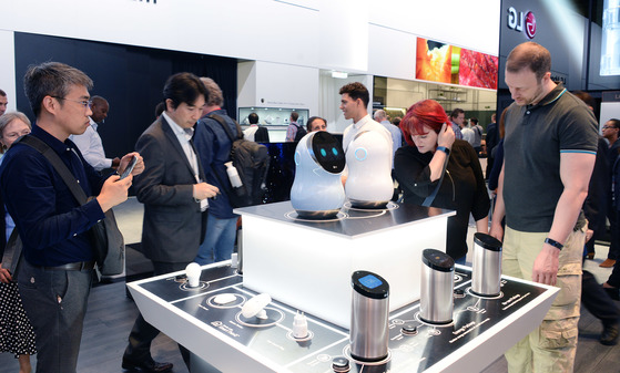 독일 '국제가전박람회(IFA) 2017'에서 관람객들이 LG전자의 인공지능(AI) 스피커 '스마트씽큐 허브'와 허브 로봇을 살펴보고 있다.[사진 각 업체]