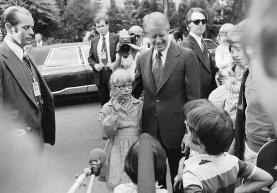 1977년 6월 8일(현지시간), 당시 지미 카터 대통령이 공립초등학교에 입학시킨 막내딸 에이미(왼쪽)와 함께 거리에 서 있다. [중앙포토]