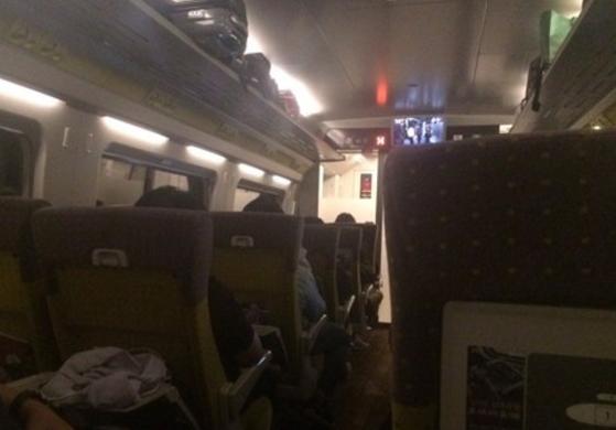 "SRT 열차사고가 난 지 3시간째 열차에 묶여 있는 승객들 모습. 제보자는 ""스마트폰으로 위치를 확인한 결과 충북 영동군 상촌면이다""라고 했다. [독자 제공=연합뉴스]"
