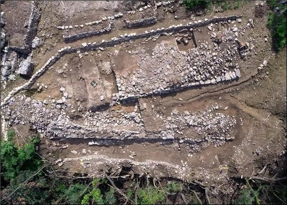 경북 고령군 성산면 봉화산에서 발굴된 대가야 시대 석축성벽과 봉수대 방호벽. [사진 경북 고령군]