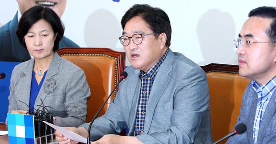 북한이 핵실험을 한 3일 여야는 긴급회의를 각각 열고 북한을 규탄했다. 이날 더불어민주당 지도부 회의에서 우원식 원내대표가 발언하고 있다. 왼쪽은 추미애 대표, 오른쪽은 박홍근 원내수석부대표. [조문규 기자]