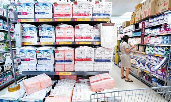 커지는 생리대 논란에 소비자 불안이 가중되고 있다. 한 대형마트 생리대 매장. [사진 중앙포토]