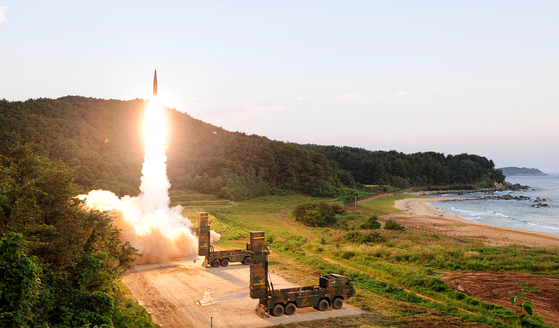 북한의 제6차 핵실험 도발에 대응해 4일 새벽 동해안에서 공지 미사일 합동 실사격훈련이 실시돼 현무-2A 탄도미사일이 동해상 표적지를 향해 발사되고 있다. [사진 합동참모본부]