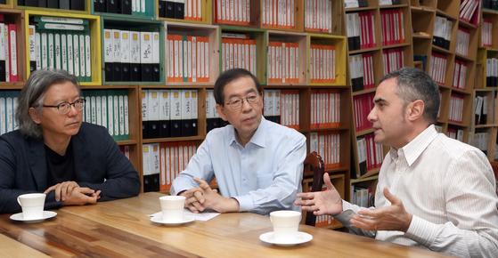 박원순 서울시장(가운데)과 배형민(왼쪽)·알레한드로 자에라폴로 총감독이 대화하고 있다. [최정동 기자]