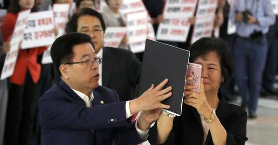 손혜원 민주당 의원의 촬영과 김광림 자유한국당 의원의 저지. [연합뉴스]