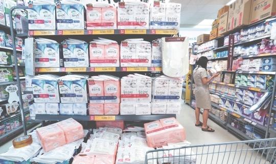 서울의 한 대형마트 생리대 매대에서 소비자가 생리대 제품을 고르고 있다. [중앙포토]