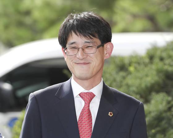 4일 오후 충북도의회 전체회의에서 '30일 출석정지' 징계를 받은 김학철 의원이 지지자들 앞에서 웃고 있다. [연합뉴스]