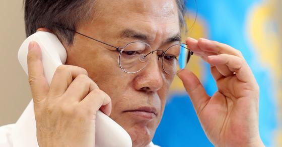 문재인 대통령이 4일 아베 신조 일본 총리와 전화 회담을 하고 있다. [연합뉴스]