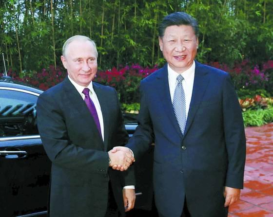 중국 샤먼에서 열린 신흥경제 5개국(BRICS) 정상회의 참석차 3일 방중한 블라디미르 푸틴 러시아 대통령(왼쪽)이 시진핑 중국 국가주석을 만나 악수하고 있다. 외신들은 북한이 6차 핵실험을 실시한 이날 두 정상이 만나서 세계평화와 발전을 위해 공동 노력을 하자는 데 뜻을 모았다고 보도했다. [EPA=연합뉴스]