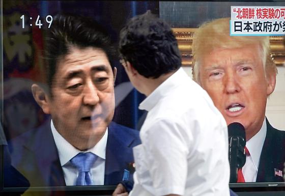 3일 북한의 6차 핵실험 가능성 및 미·일 정상 간의통화회동을 보도하는 일본 방송을 도쿄의 한 시민이 바라보고 있다. 도널드 트럼프 대통령과 아베신조 총리는 이날 전화통화를 하고 북한 문제에 대해 긴밀하게 협력하자고 했다. [AP=연합뉴스]
