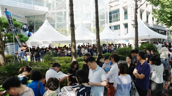 지난 1일 개관한 '신반포센트럴자이' 견본주택 앞으로 방문객 줄이 길게 늘어섰다. 이 아파트는 주변 시세에 못 미치는 3,3㎡당 4250만원의 분양가로 관심을 모았다. [GS건설]
