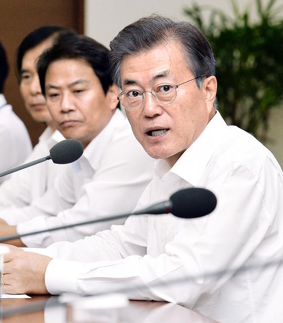 문재인 대통령이 4일 오후 청와대 여민관에서 열린 수석·보좌관회의에서 모두발언을 하고 있다. 청와대사진기자단