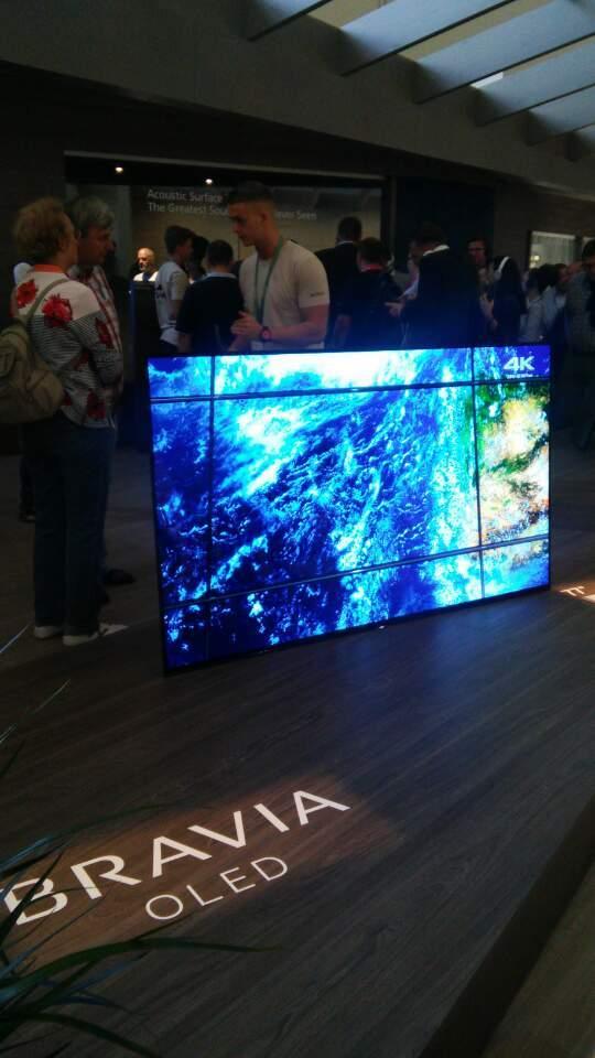 소니가 'IFA 2017'에서 공개한 77인치 OLED TV 신제품엔 별도 스피커 없이도 화면에서 소리가 나와 생생하게 들을 수 있는 '어쿠어스틱 서피스' 기술이 적용됐다. [사진 이창균 기자]