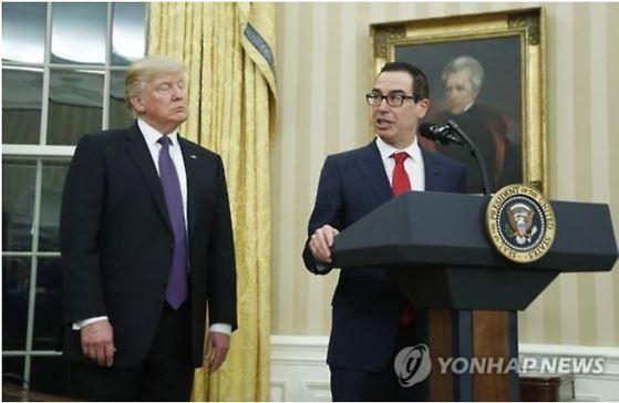 트럼프 미 대통령과 므누신 재무장관. [AP=연합뉴스]