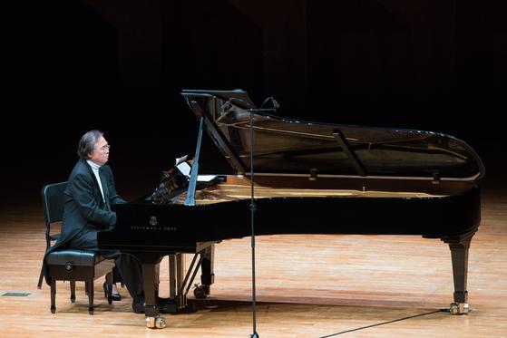 10년 만에 베토벤 피아노 소나타 전곡 연주에 도전한 백건우. 거장의 면모를 드러냈다. 세계 피아노 연주사가 만들어지는 시간이었다. '끝없는 여정'은 이번 전작 연주회의 타이틀이다. [사진 예술의전당]
