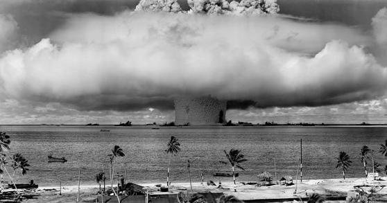 미국이 1946년 태평양 비키니 섬에서 실시한 핵무기 폭발 실험 [사진 미 국방부]