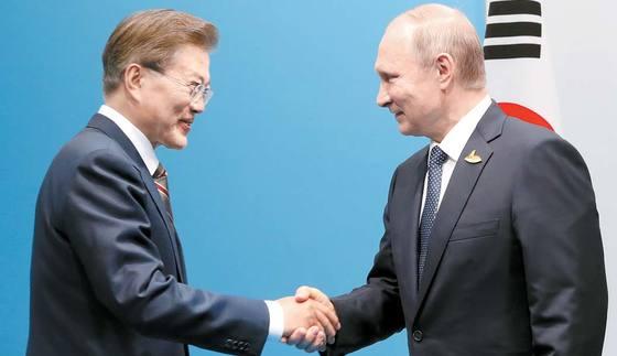문재인 대통령이 지난 7월 독일 함부르크에서 열린 주요 20개국(G20) 정상회의 때 블라디미르 푸틴 러시아 대통령과 악수를 하고 있다. 김성룡 기자