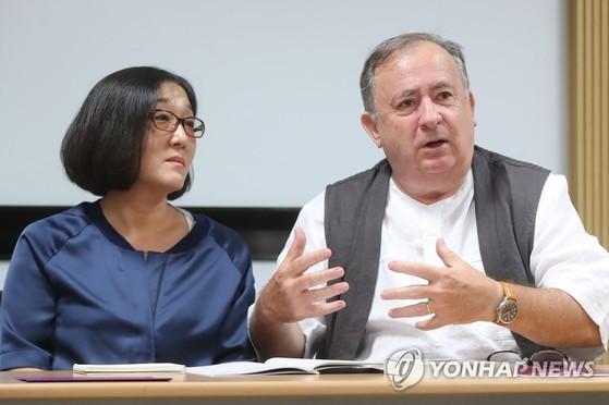 김훈의 장편『현의 노래』를 프랑스어로 공역한 한유미, 에르베 페조디에 부부. [연합뉴스]