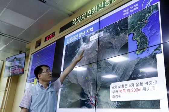 북한이 6차 핵실험을 실시한 지난 3일 오후 국가지진화산종합상황실에서 유용규 지진화산감시과장이 관련 설명을 하고 있다.[연합뉴스]