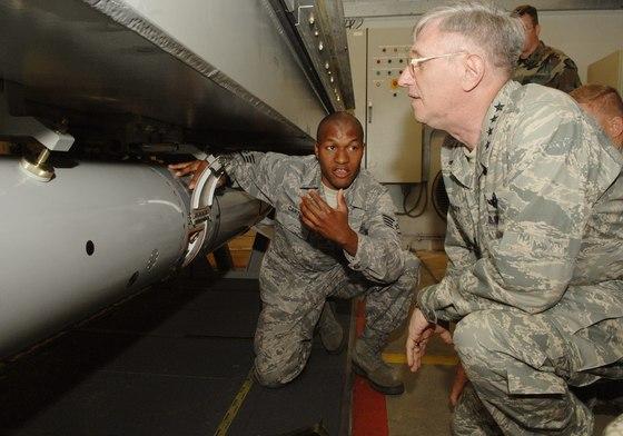 2008년 6월 당시 로저 브래디 미 유럽공군(USAFE)이 네덜란드 볼켈 공군기지에 보관 중인 B61 더미(훈련용 가짜) 전술핵탄두 무장해제 과정을 지켜보고 있다. [사진 미 공군]