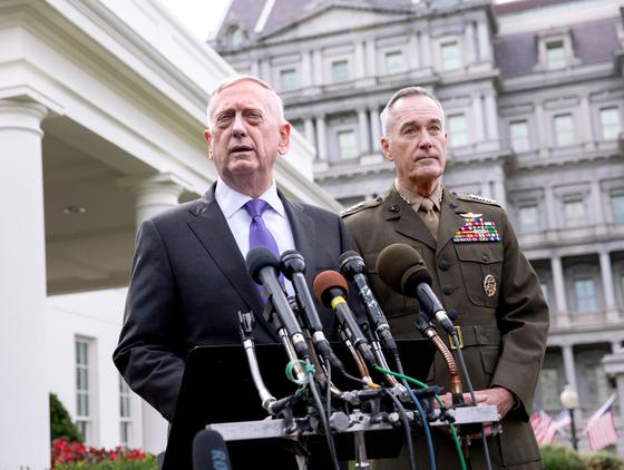 """3일(현지시간) 제임스 매티스 미 국방장관(왼쪽)과 조셉 던퍼드 미 합참의장이 북한의 6차 핵실험에 대한 성명을 발표했다. 이날 백악관에서 열린 국가안전보장회의에 참석한 직후다. 매티스는 """"북한이란 국가가 전멸하기를 바라지 않는다""""면서도 """"우리는 많은 옵션을 가지고 있다""""고 밝혔다. [워싱턴 EPA=연합뉴스]"""