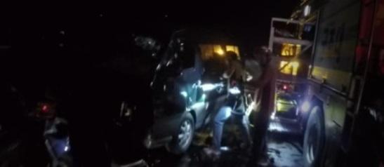 경기 양평의 국도에서 역주행하던 승합차에 스포츠유틸리티차(SUV)가 정면으로 들이받히는 사고가 나 1명이 숨지고 2명이 다쳤다. [양평소방서 제공 = 연합뉴스]