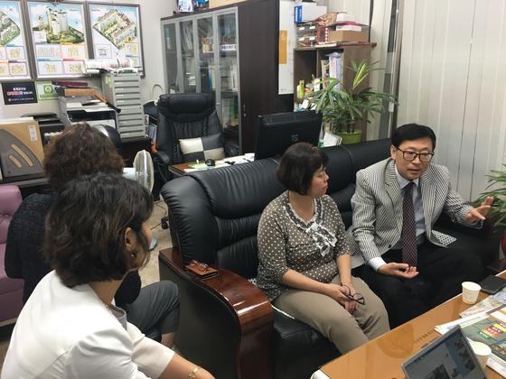 5일 대구 수성구의 한 부동산에서 부동산 업자들이 모여 이야기를 나누고 있다. 백경서 기자
