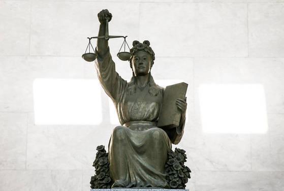 대법원에 있는 정의의 여신상. 김성룡 기자
