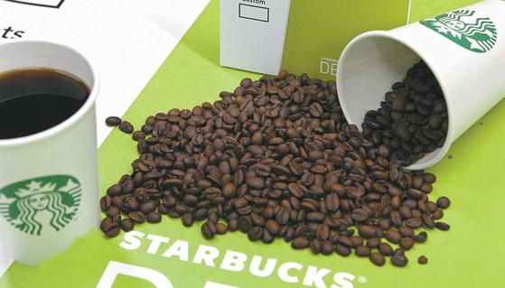 화학적 용매를 사용하지 않고 CO2 공정을 통해 카페인을 99% 없앤 스타벅스 디카페인 커피 원두.