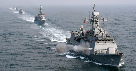 신형호위함(FFG, 2500t) 경기함의 127mm 함포가 불을 뿜고 있다. 경기함 뒤로 이날 훈련에 참가한 호위함(FF, 1500t) 제주함, 초계함(PCC, 1000t) 제천함과 공주함, 유도탄 고속함(PKG, 400t) 황도현함이 뒤이어 기동하고 있다. [사진 해군]