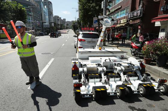 서울시 도로관리과 직원들이 1일 오후 동대문구 답십리동에서 차량형GPR을 이용, 싱크홀 위험 구간을 찾아내는 작업을 하고 있다. 장진영 기자