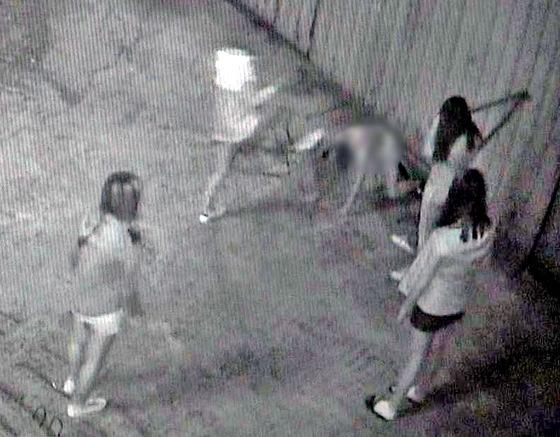 피투성이 여중생의 가해 학생 4명이 폭행하고 있는 장면이 CCTV에 포착됐다. [사진 연합뉴스]