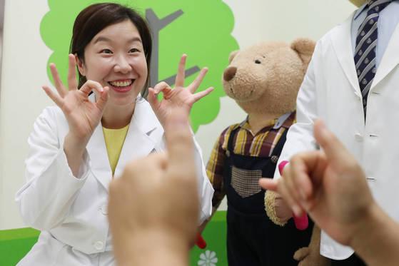 침묵의 언어 '수화'로 의료통역을 하고 있는 김선영(사진)씨는 국내 유일의 3차 병원(상급 종합병원) 수화통역사다.우상조 기자