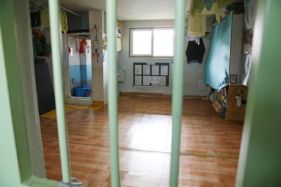 10명 이상의 재소자가 수감 생활하는 안양교도소 수용실. [사진 법무부]
